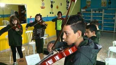 Criança Esperança atende a projeto que ensina música para crianças em Piraquara - O projeto existe há 20 anos, e quase fechou as portas por não ter dinheiro para manter as atividades.