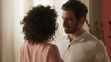 Edgar decide se mudar para a casa de Cacau - Arquiteto conta para a amada que conseguiu um emprego