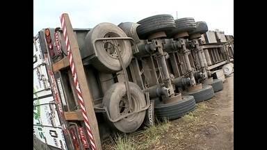Em uma semana, pelo menos 03 acidentes ocorreram no mesmo trevo na BR 158 em Santa Maria - O acidente mais recente aconteceu na noite de terça-feira. Uma carreta tombou. O trecho da rodovia não tem iluminação.
