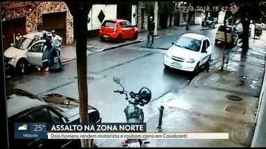 Câmeras de segurança flagram assalto em Cavalcanti, na Zona Norte - O roubo aconteceu na tarde desta sexta-feira (3). Os bandidos rendem a motorista e o passageira com um guarda-chuva.