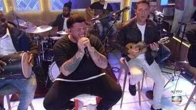 Ferrugem canta sucesso 'É Natural' - Cantor anima plateia e convidados