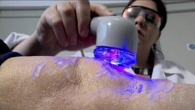 Pesquisadores desenvolvem tratamento para ajudar pacientes com artrose - Em São Carlos, uma nova terapia está sendo testada para diminuir as dores dos pacientes que sofrem da doença. São cerca de 50 milhões de brasileiros.