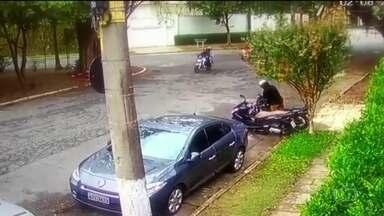 Justiça de SP decreta a prisão temporária de suspeito de sequestrar policial militar - Testemunhas reconheceram o homem que aparece neste vídeo com moto de Juliane dos Santos.
