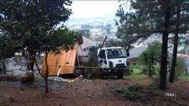 Motorista perde controle e caminhão da prefeitura destrói casa em Lages - Motorista perde controle e caminhão da prefeitura destrói casa em Lages