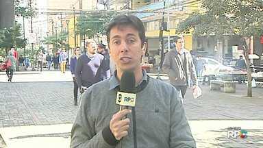 Comércio de rua em Londrina amplia horário de atendimento por conta do Dia dos Pais - Na quinta-feira (09) e sexta-feira (10) as lojas funcionam das 8h às 21 horas. No sábado (11) o atendimento será das 9h às 18h.