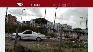 Telespectador flagra carro jogando lixo em ponto viciado, na Serra - A Prefeitura da Serra disse que o homem visto nas imagens jogando lixo em lugar irregular foi identificado e multado em mil reais. As multas pra esse tipo de infração variam de R$ 50 a R$ 30 mil.
