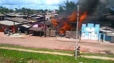 Incêndio destruiu três casas e um veículo ontem na avenida Aimorés no buritizal, no AP - Famílias que perderam as casas no incêndio já foram levadas pra casa de parentes, segundo a Secretaria Municipal de Assistência Social