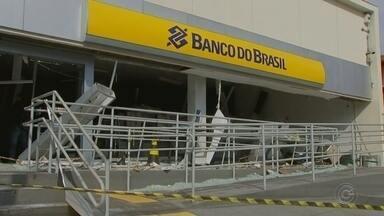 Criminosos explodem caixas eletrônicos em agência bancária de Conchas - Um grupo de criminosos explodiu caixas automáticos em uma agência bancária na madrugada desta quinta-feira (9), na área central de Conchas (SP).