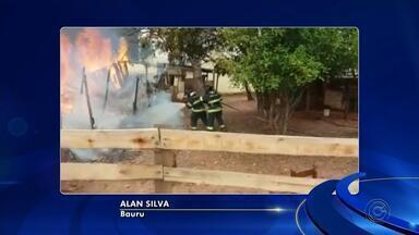Incêndio consome casa de madeira na Vila Garcia em Bauru - Bombeiros agiram rápido para combateram o fogo em residência na Vila Garcia, mas como ela era feita em sua maior parte de madeira acabou destruída. Ninguém ficou ferido.