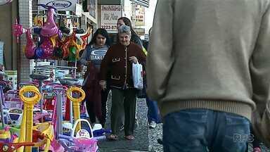 Pedestres dividem espaço nas calçadas com produtos expostos por comerciantes - Em 2018, 48 comerciantes de Ponta Grossa já foram notificados pela prefeitura, por expor produtos no passeio