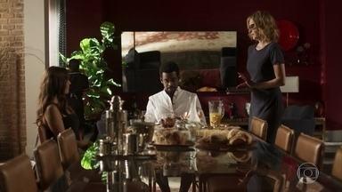 Rochelle nota que Karen passou a noite com Roberval - Karen acredita que o empresário só passou a noite com ela para provocar Edgar, mas ele a tranquiliza e repreende Rochelle pela forma como ela trata a mãe