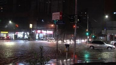 Chuva pega moradores de Goiás de surpesa - Tempo mudou após 80 dias de estiagem em Goiânia.