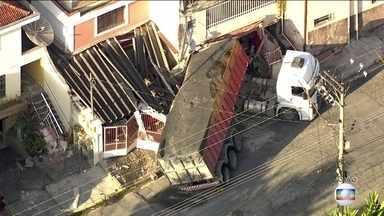 Caminhão atinge três casas na Zona Leste de São Paulo - Ninguém ficou ferido, mas o susto foi grande. Alguns moradores tiveram que pular o muro para conseguir sair de casa.