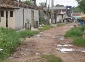 Moradores da rua Iolanda Barbosa sofrem com a falta de saneamento, em Ananindeua - A situação só não está pior porque os próprios moradores tomam a frente de serviços que deveriam ser feitos pelo poder público.