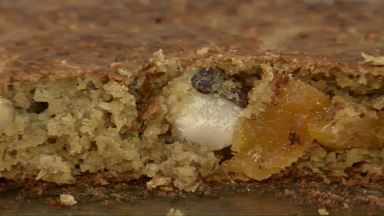 Um bolo para quem tem resistência a lactose - Os principais ingredientes da receita são damasco, aveia, castanha-do-pará, banana e açúcar mascavo