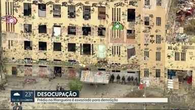 Prefeitura desocupa prédio na Mangueira para demolição - O prédio está sendo desocupado para demolição da construção. A família informa que pagará aluguel social para as famílias que moravam no local até que os apartamentos do programa Minha Casa, Minha vida ficarem prontos.