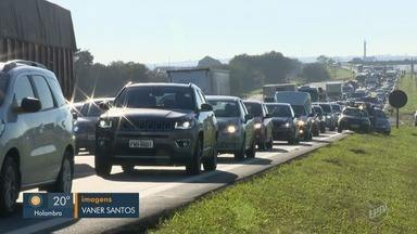Dois acidentes complicam trânsito na Rodovia Dom Pedro I, na manhã desta sexta-feira - Três carros bateram e o trânsito ficou lento no sentido Rodovia Anhanguera. Na sequência, outros dois veículos colidiram.