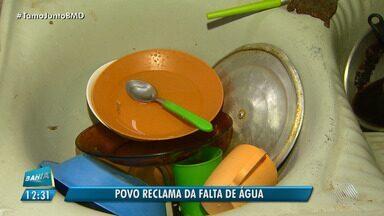 Moradores reclamam da falta água há mais de dois meses no bairro de São Cristóvão - Eles precisam armazenar diversos baldes para poder fazer a limpeza em casa.