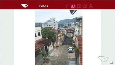 Morador questiona por que rua só foi asfaltada pela metade, em Cachoeiro - Ele está indignado com a situação.