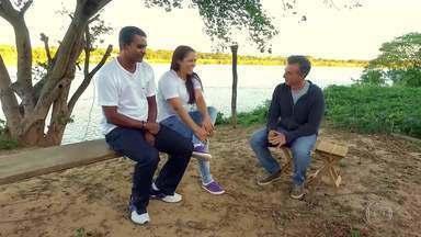 Luciano Huck encontra ônibus do Amigos de Minas na estrada - Idair, fundador da ONG, acreditava que ia encontrar um grupo de empresários disposto a fazer uma doação e é pego de surpresa ao se deparar com a equipe do Caldeirão