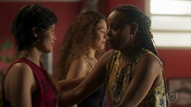 Maura e Selma recebem a visita de Doralice - Doralice vai dar suas felicitações pela gravidez