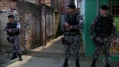 Disputa de facções criminosas leva pânico pros moradores de Porto Alegre - No último capítulo dessa guerra, os próprios traficantes, armados com fuzis, gravaram um vídeo do ataque a um bando rival.