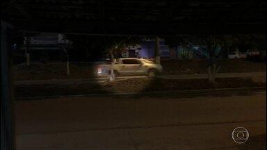 Três policiais foram feitos reféns durante um assalto no sudeste do Pará - Quadrilha fugiu, de Jacundá, disparando tiros pro alto e com um refém amarrado no capô do carro.
