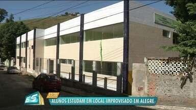 Creche desativada faz crianças estudarem em igreja de Alegre, no Sul do ES - A empresa contrata da para fazer a obra só vai se pronunciar pelos advogados.