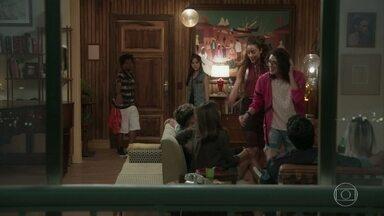 Jade e Michael chegam na festa organizada por Garoto - Sofia pede que Garoto a apresente para seus amigos