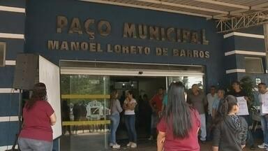 Funcionários de hospital de Castilho protestam contra o atraso no pagamento dos salários - Os funcionários do hospital de Castilho (SP) protestaram, na tarde desta quarta-feira (15) contra o atraso do pagamento dos salários referentes ao mês de julho.