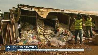 Caminhão carregado com congelados tomba na Rodovia Abrão Assed em Ribeirão Preto - Motorista sofreu ferimentos leves e Polícia Rodoviária diz que ele não tem CNH.
