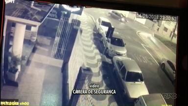 Vídeo: motorista invade preferencial com carro,bate em moto e foge - Mulher que estava na moto teve ferimentos leves