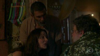 Monalisa encontra Teófilo perdido na mata - Monalisa e Marino ajudam Teófilo