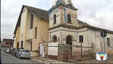 Determinação judicial para demolição da Igreja de Santana em Pinda divide opiniões - Segundo ação da promotoria, a igreja construída há 20 anos está prejudicando uma antiga capela.