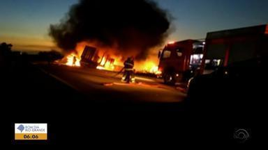 Colisão entre carretas causa morte e incêndio na BR-290, em Eldorado do Sul - Trecho da rodovia ficou bloqueado até 20h45, segundo Polícia Rodoviária Estadual. Identidade da vítima não foi informada.