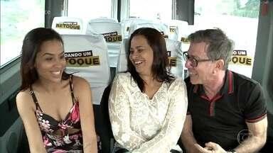 Maria Aparecida e sua filha são surpreendidas pelo arquiteto Jairo de Sender - Elas foram aos Estúdios Globo sem saber que já eram as escolhidas para participar do 'Dando Um Retoque'