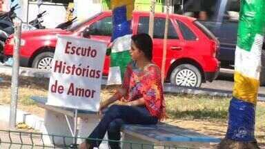 Psicóloga senta em praças para ouvir histórias de amor - Saiba mais em g1.com.br/ce