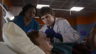 22 Passos - Shaun trata um paciente com autismo, mas precisa enfrentar o preconceito dos pais dele, que não querem que o filho seja assistido por alguém com a mesma condição.