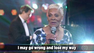 Dionne Warwick canta o sucesso 'Do You Know the Way to San Jose' - Plateia aplaude apresentação da diva