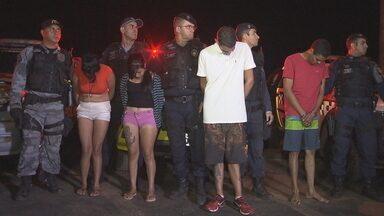 Policiais do DF e de Goiás prendem quadrilha com arsenal de armas e explosivos - Os bandidos foram presos depois de furar uma blitz da PM, na BR-060. Com a quadrilha, foram encontrados fuzis, armas, explosivos, carregadores e muita munição. Segundo a polícia, eles fazem parte de um grupo criminoso organizado.