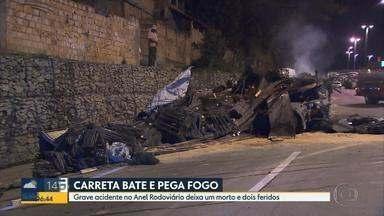 Uma pessoa morre e duas ficam feridas em acidente no Anel Rodoviário de BH - Com o impacto da batida, os vergalhões de ferro que eram transportados pela carreta foram lançados para cima da cabine.