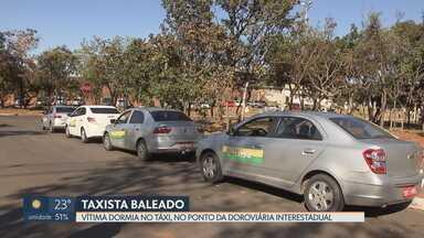 Taxista é baleado no ponto da Rodoviária Interestadual - Vítima dormia dentro do táxi, quando foi surpreendida por tiros. Suspeita é de crime passional. Vítima foi socorrida e está fora de perigo.