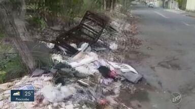 'Até Quando?': Córrego de Campinas continua ocupado com sujeira - Prefeitura havia prometido começar a limpeza a partir do dia 16, mas sujeira segue incomodando moradores.