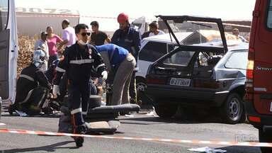 Uma pessoa morre e quatro ficam feridas em acidente na PR-323 - Dois carros bateram de frente; a polícia ainda investiga as causas do acidente