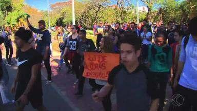 Alunos da UFJF se mobilizam pela falta de intérpretes - Estudantes protestam por discente do curso de Educação Física que assiste aulas sem o acompanhamento de um profissional há três semanas.