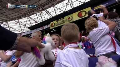 """No Campeonato Holandês, torcedores fazem """"chover brinquedos"""" sobre crianças com câncer - No Campeonato Holandês, torcedores fazem """"chover brinquedos"""" sobre crianças com câncer"""