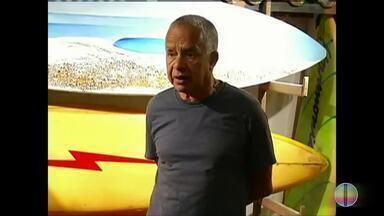 Corpo do fundador do Museu Internacional do Surfe, em Cabo Frio, é cremado no Rio - Assista a seguir.