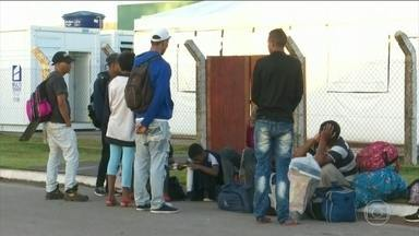 Mil venezuelanos que estão em Roraima devem ser transferidos para outros estados - Representantes de 11 ministérios chegaram à Pacaraima. Eles visitaram os postos de triagem na fronteira com a Venezuela. E também fizeram uma reunião para avaliar a situação migratória.