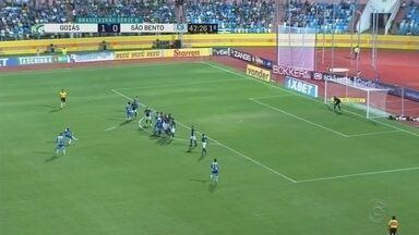 São Bento perde para Goiás e entra na zona de rebaixamento - Pela Série B do Campeonato Brasileiro, o São Bento perdeu para o Goiás nesta terça-feira (21), em Goiânia, e pela primeira vez entrou na zona do rebaixamento.