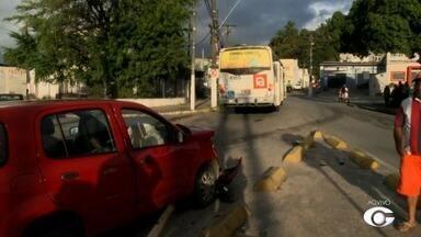 Carro colide em ônibus no bairro do Poço - Acidente aconteceu próximo a bomba da Marieta, ninguém ficou ferido.